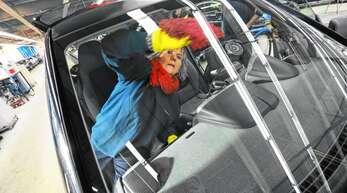 Martine Weber reinigt den Innenraum des Autos. Ungefähr zehn Autos putzt sie pro Schicht.