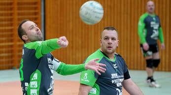 Volle Konzentration auf den Ball: Die Griesheimer Marco Dobler (l.) und Manuel Itt im Auftaktspiel gegen den späteren Turniersieger TV Bretten.