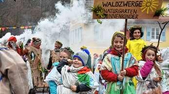 Süßigkeiten werfend hatten am Dienstag die Waldzwerge des Lautenbacher Naturkindergartens Sonnenkinder viel Spaß beim Umzug der Höllwaldteufel. 18 Gruppen und 350 Hästräger nahmen an dem Umzug teil.