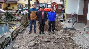 Bürgermeister Thomas Krechtler (Mitte) und Wassermeister Christian Schnurr (rechts) informierten sich laut einer Pressemitteilung über die Bauarbeiten beim Kanalsanierungsberater Andreas Huber (Vogel Ingenieure).