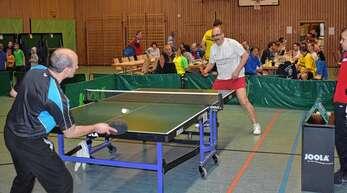 Ralf Erlewein (vorne) und Michael Kopf kämpften im Halbfinale um den Einzug in das Endspiel der Herren-Wertung über 50 Jahre. Kopf wurde dort von Hans Lögler bezwungen.