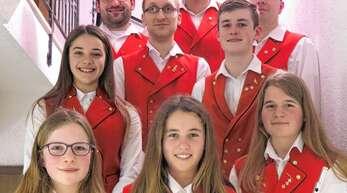 Sie erfuhren eine besondere Würdigung bei der Generalversammlung der Trachtenkapelle Lautenbach: Fleißige Proben- und Auftrittsteilnehmer sowie Anna Huber (rechts vorne), die mit großem Erfolg das goldene Abzeichen der BDB-Musikakademie erhielt.