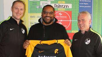 Spielausschuss Robert Wolf (l.) und der sportliche Leiter Rainer Fautz (r.) freuen sich über die Zusage von Alexander Zehnle.