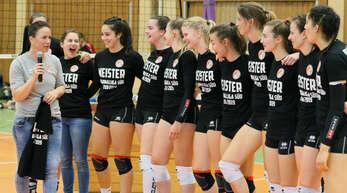 VCO-Trainerin Tanja Scheuer (l.) war mächtig stolz auf ihre Mannschaft, die sich die Meistershirts verdient hatte.