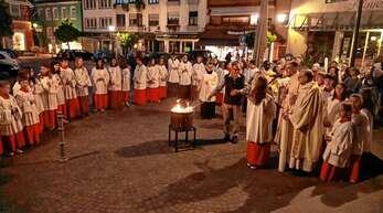 Mit dem Entzünden des Feuers in der Osternacht begannen die Katholiken die Osterfeierlichkeiten.