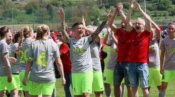 Freude pur über den Pokalsieg: Katharina Müller (Nummer 4), Vanessa Müller (2. v. l.) und Trainer Frank Sillmann (r.) von der SpVgg. Kehl-Sundheim.