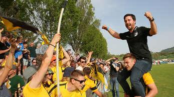 Fans und Mannschaft feierten den scheidenden Erfolgscoach Sebastian Bruch, der hier von seinem Spieler Yannick Kunzer auf den Schultern getragen wird.