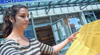 Sechs Listen, 109 Namen: Nathalie Bauer studiert den Stimmzettel für die Gemeinderatswahl in Oberkirch.