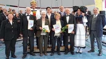 Auszeichnung für 70 Jahre Singen im Chor: (vorn von links) Elke Kapp, Walter Hetzel, Marie Erhardt, Johanna Graf, Günter Hetzel, Heike Hetzel, Johannes Hasenohr-Fey, (hinten) Jürgen Hetzel, Martina Hartmann und Gerhard Müller.
