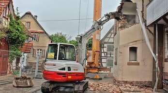 Seit Mittwoch wird der Anbau am Rathaus Nonnenweier abgebrochen.