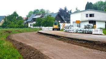 Auf Hochtouren läuft der Radwegbau von Memprechtshofen – hier beim Ortseingang, wo auch eine Querungshilfe entsteht – nach Gamshurst.