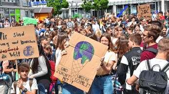 Mit Plakaten und Musik demonstrierten gestern rund 300 Schüler auf dem Oberkircher Marktplatz für besseren Klimaschutz.