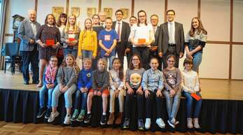 Neben zahlreichen Ortspreisen erhielten diese Schüler bei der Ehrungsfeier in Achern Landes- und Bundespreise. Die Verleihung findet am 4. Juni im Europapark statt.