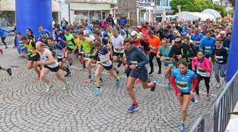 Punkt 13 Uhr gingen die knapp 300 Starter des 6-km-Laufs um die späteren Sieger Nicolas Adler (vorn, 2. von rechts) und Kristin Sander (vorne, 3. von rechts) auf die Strecke.