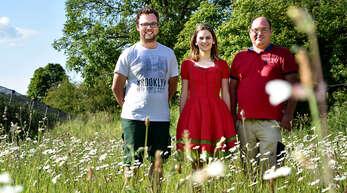 Die erste Baden-Württembergische Erdbeerkönigin Anne Obrecht unterstützt das von Thomas Streif (rechts) gestartete Crowdfunding-Projekt zur Förderung der Artenvielfalt genauso wie der Obstbaumeister Dominic Ell.