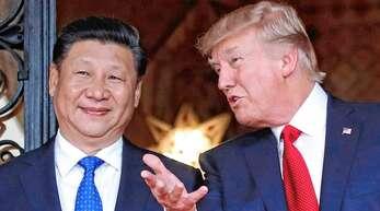Vor zwei Jahren empfing US-Präsident Donald Trump (rechts) in seinem privaten Anwesen den chinesischen Präsidenten Xi Jinping. Trump hält die Beziehung zu Xi für großartig.