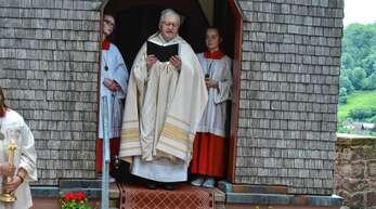 Vor der Antoniuskapelle spendete Pfarrer Klaus Kimmig am Sonntag in Bad Griesbach den Segen.