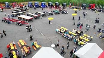 Beim ersten Holzstammtisch in Mildenau präsentierte das Oppenauer Fahrzeugbauunternehmen Doll einen kompletten Überblick aus der Anhänger-, Aufbauten- und Sattelaufliegerproduktion.