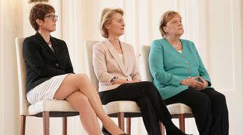 Ursula von der Leyen (CDU, M), scheidende Verteidigungsministerin und neugewählte EU-Kommissionspräsidentin, sitzt im Schloss Bellevue neben ihrer Nachfolgerin Annegret Kramp-Karrenbauer (l), Bundesvorsitzende der CDU, und Bundeskanzlerin Angela Merkel (CDU).