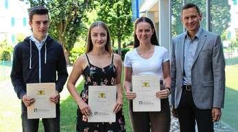 Andreas Haunß, Sarah Schnepf und Lena Bertsch, Fachhochschulabsolventen an den Beruflichen Schulen Achern, erhielten von Rektor Ralf Schneider ein Lob für ihre guten Leistungen (von links).