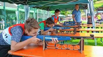 Die Biathlonwettbewerbe waren für Teilnehmer und Zuschauer gleichermaßen attraktiv beim Sportfest in Bad Peterstal.