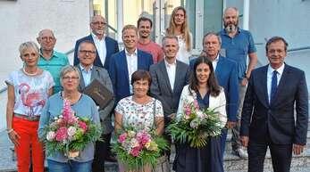 Zeit des Wechsels im Oberkircher Gemeinderat: vorne von links Bettina Käppeler (SPD), Irmgard Feger (CDU), Vera Busam (CDU, alle verabschiedet) und OB Matthias Braun, in der mittleren Reihe Tanja Weinzierle (SPD/Bürgerliste, neu), Karl-Wendelin Spinner (CDU, verabschiedet), Martin Benz (CDU), Jürgen Mußler (CDU) und Tadeusz Turek (FDP, alle neu), hinten Wolfgang Lacherbauer (SPD, verabschiedet), Rainer Stier (BfO), Jochen Hättig (Grüne), Simone Kiefer (BfO, alle neu) und Jochen Bohnert (CDU, verabschiedet).