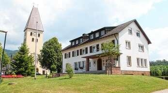 Das Gebäude der Obersasbacher Ortsverwaltung bleibt erhalten. Im hinteren Bereich soll es einen Neubau in zwei Bauabschnitten geben zum neuen Kindergarten geben.