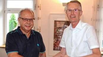 Per Handschlag wurde Ortschaftsrat Karl-Heinz Käshammer (links) von Ortsvorsteher Jürgen Mußler verpflichtet.