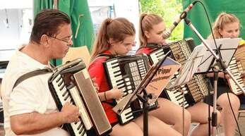 Das gemeinsame Jugendorchester der Harmonika-Vereine Maisach, Lierbach und Ramsbach, derzeit noch geleitet von Peter Kounis (links). Peter Kounis ist in Maisach als Dirigent und Jugendleiter seit Januar diesen Jahres Nachfolger von Jürgen Bortloff.