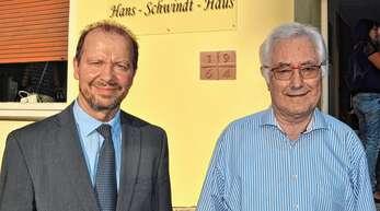 Hans-Schwindt-Haus lautet der neue Name des Rheinbischofsheimer Gemeindehauses. Pfarrer Martin Grab (links) hatte den Lebens- und Leidensweg des Namensgebers erforscht. Dessen Sohn Hans-Martin Schwindt war beeindruckt von der Würdigung.