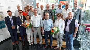 14 Stadträtinnen und Stadträte sowie zwei Ortsvorsteher sind gestern in der Gemeinderatssitzung verabschiedet worden. Das Foto zeigt (von links) Bürgermeister Oliver Martini, den bisherigen Zunsweierer Ortsvorsteher Karl Siefert, OB Marco Steffens, die bisherige Weierer Ortsvorsteherin Gudrun Vetter, die ausscheidenden Stadträte Eva-Maria Reiner (Grüne), Klaus Binkert (CDU), Arthur Jerger (Grüne), Jochen Ficht (SPD), Gerhard Schröder (SPD), Bertold Thoma (SPD) Hans Rottenecker (Freie Wähler), Alois Späth (C