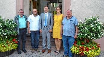 Ortsvorsteher Ludwig Kimmig (links) und Bürgermeister Meinrad Baumann (3. von links) mit den neuen Gemeinderäten Albrecht Doll, Birgit Hennersdorf-Müller und Bernhard Kimmig (von links).