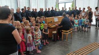 Der AGV Frohsinn Freistett und der Nachwuchs des Kindergartens Bahnhofstraße traten beim Matineesingen in der Groove-Kantine der Firma Zimmer auch gemeinsam auf.