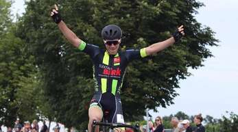 Jubel im Ziel: Lukas End vom Team Heimat nach seinem Triumph beim Amateurrennen in Ebringen.