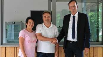 Oberbürgermeister Matthias Braun (rechts) erkundigte sich bei Sabine und Günter Huber vor Ort über deren Pläne mit dem neuen Stadtgartenkiosk. Der Kiosk hat seit Montag geöffnet.
