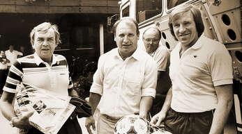 Als das Graf-Metternich-Stadion noch eine Reise für die Fußballprofis wert war: 1983 schlug der HSV sein Trainingslager in Durbach auf. Das Foto zeigt den damaligen Bürgermeister Hans Weiner inmitten von HSV-Trainer Ernst Happel und Manager Günter Netzer vor dem »Rebstock«.