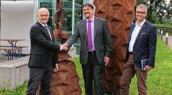 Rektor Winfried Lieber (links) und Prorektor Thomas Breyer-Mayländer (rechts) von der Hochschule Offenburg begrüßten Daniel Guth als neuen Leiter der Hochschulkommunikation.