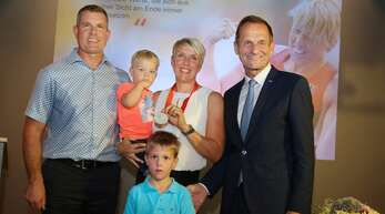 Die nachträgliche Siegerehrung war ein bewegender Moment für die ganze Familie. Christina Obergföll mit Ehemann Boris, den Söhnen Marlon (vorn) und Noah sowie DOSB-Präsident Alfons Hörmann (r.).