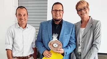 Verstärkung für die Kappelrodecker Schlossbergschulleitung (von links): Wolfgang Flegel, der neue stellvertretende Konrektor Andreas Volz und Konrektorin Kornelia Kern bei der Übergabe des Schlossbergemblems aus Schokolade.