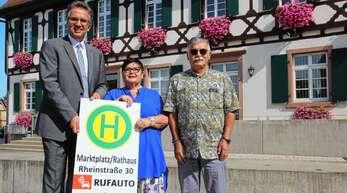 Mit der Einführung des Rufautos in Rheinau vor einem Jahr – hier von links Bürgermeister Michael Welsche mit Claudia Meder-Thumberger und Helmar Thumberger von der Firma Baden-Blitz – wurde der Öffentliche Personennahverkehr weiter verbessert.
