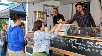 Drittes Streetfood-Festival in Achern: Bereits zum Auftakt am Freitagmittag kamen viele Besucher zur Schlemmermeile entlang der Hauptstraße.
