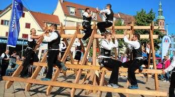 Die Zimmerleute bauten am Samstag auf dem Offenburger Marktplatz einen Dachstuhl auf und tanzten anschließend auf dem Gebälk.