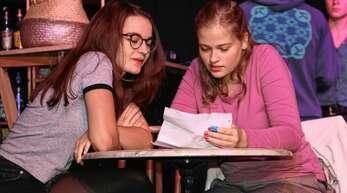 Sofia Friedmann (links) und Evelyn Krutsch als Lea und Vicky. Das neue Stück des Illenau-Theaters haben Jugendliche entworfen. Am 5. Oktober ist Premiere.
