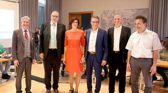Wer wird Nachfolger von OB Wolfgang G. Müller (von links)? Die Kandidaten Guido Schöneboom, Christine Buchheit, Markus Ibert, Jürgen Durke und Lukas Oßwald kurz nach der Wahl am Sonntag.