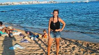 Sie arbeitet, wo andere Urlaub machen: Andrea Braun (hier am Strand von Sant Antoni) ist an die spanische Costa Brava gezogen.
