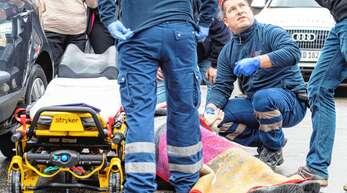 Auf dem Parkplatz eines Supermarktes ist ein Mann zusammengebrochen. Notfallsaniäter Bernhard Mezger versorgt ihn und bereitet den Transport ins Krankenhaus nach Rastatt vor.