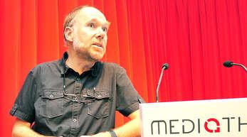 Stefan Woltersdorff bei seinem Vortrag in der Oberkircher Mediathek.