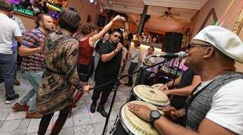 """Tanzen war ausdrücklich erwünscht bei der Offenburger Musiknacht. Nicht lange bitten ließen sich die Besucher in der """"Mocca-Bar"""" am Stadtbuckel, wo Ruby Cifuente und Band am Samstagabend auftraten."""