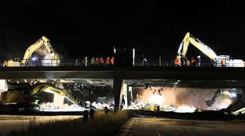 35 Arbeiten haben am Wochenende den Kampf gegen 1500 Tonnen Stahlbeton auf sich genommen – und gewonnen. An der A5-Anschlussstelle bei Rust wurde die Autobahnbrücke abgerissen. An ihrer Stelle soll künftig eine zweite neue gebaut werden. Alles mit dem Ziel, den Verkehr zu entlasten.
