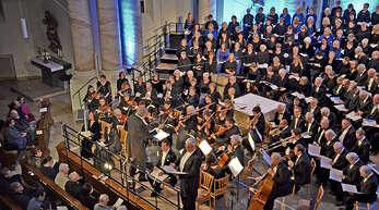 Völkerverbindender Chorgesang: Die Singakademie Ortenau mit Gästen aus dem Elsass und aus Frankfurt beim Konzert in der Klosterkirche Erlenbad.
